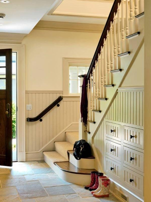 Компактное заполнение пространства под лестницей