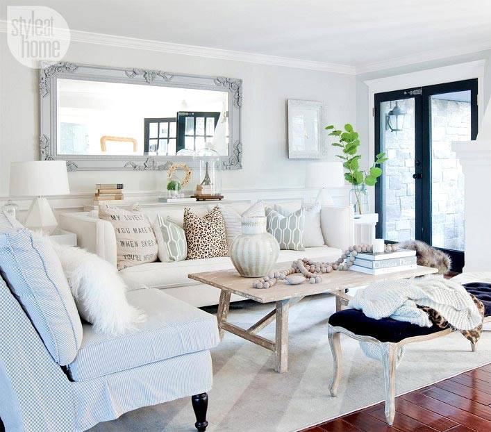 Красивый просторный интерьер дома в белом цвете