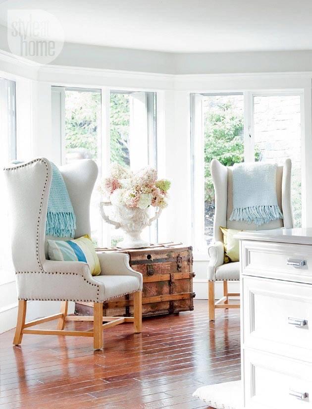 кресла с высокими спинками и старинный деревянный сундук в комнате