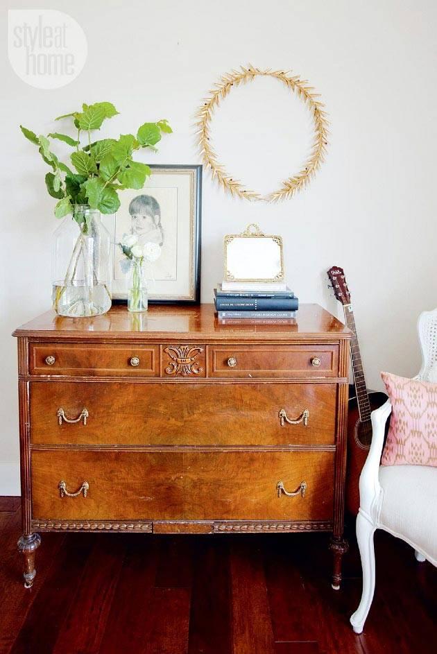 Старинная мебель в современном интерьере дома в стиле эклектика