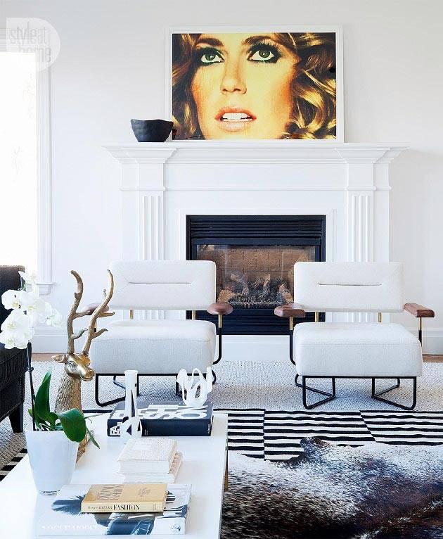 белые кресла в комнате с белым камином и пушистым ковром