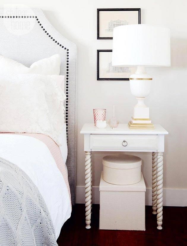 красивая прикроватная тумба с витыми ножками в белой спальне