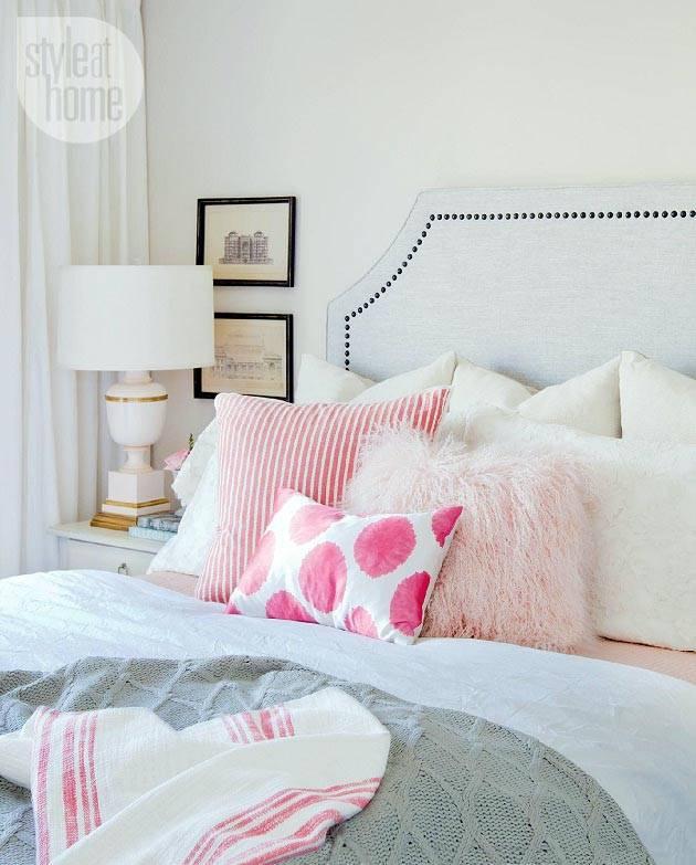 уютная спальня с большой кроватью и мягкими подушками