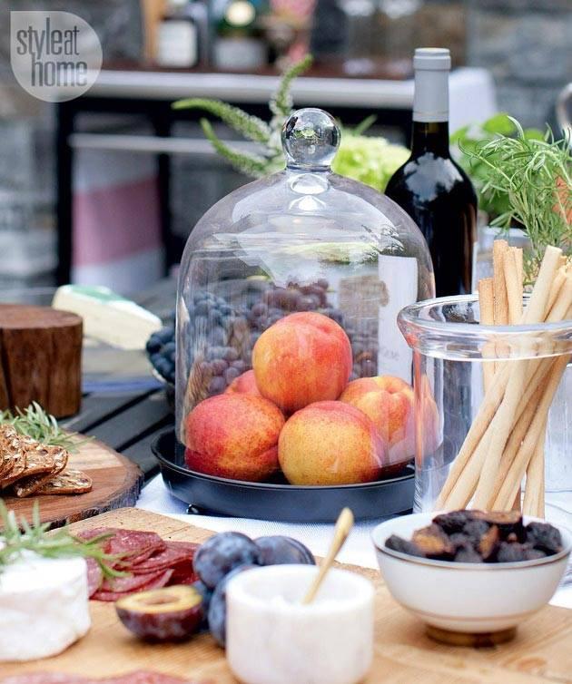 стеклянный колпак и красивые мелочи в оформлении стола