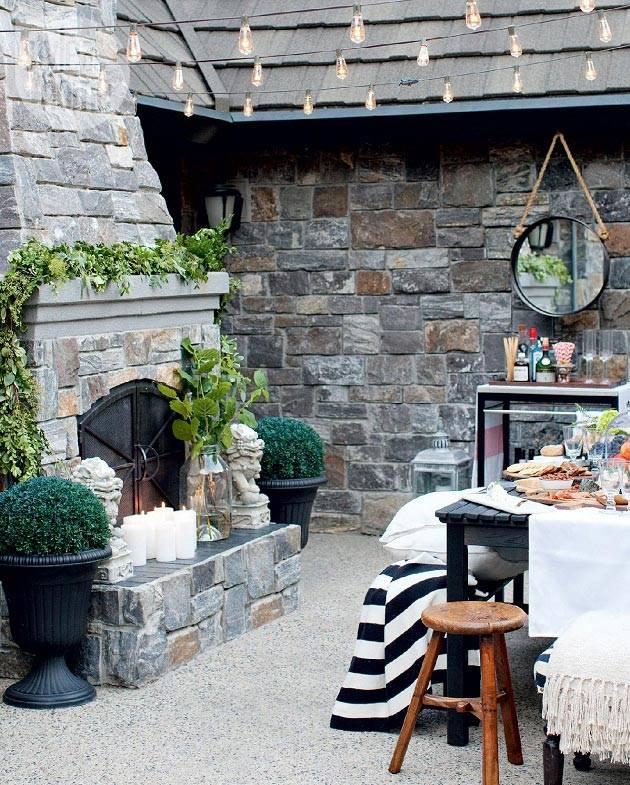 уютный внутренний двор с каменным камином фото