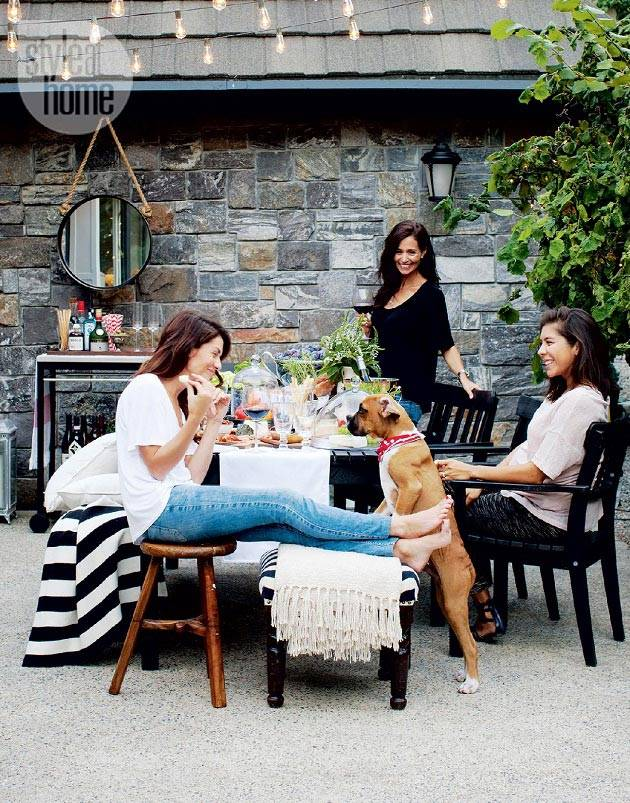 Обеды с друзьями на внутреннем дворе