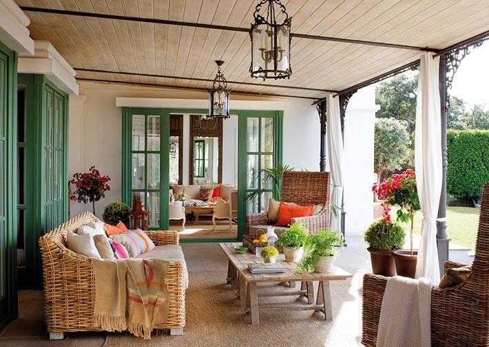 Большой красивый дом в Испании с зелеными рамами на окнах