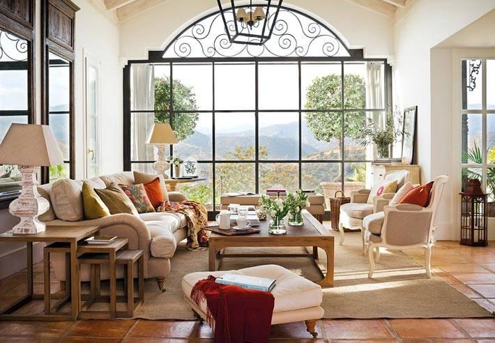 большое окно во всю стену с арочным сводом и красивым видом