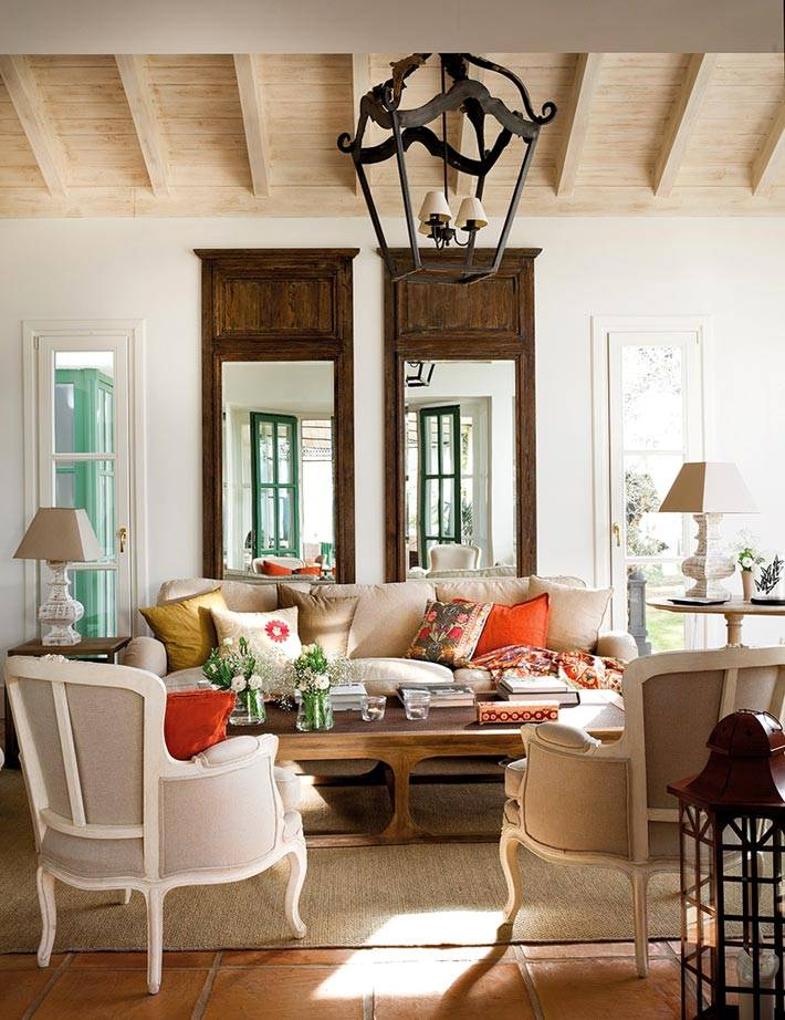 классическая мебель в дизайне дома и большие зеркала в деревянных рамах