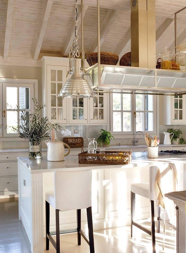 просторный интерьер кухни наполнен светом и воздухом