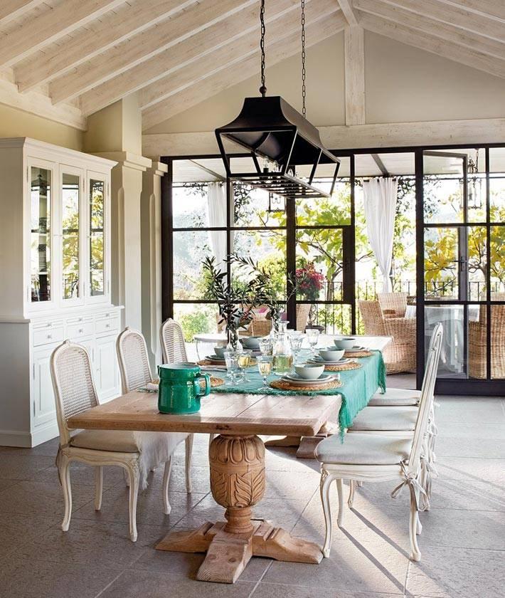 Большие окна в пол в интерьере столовой комнаты фото