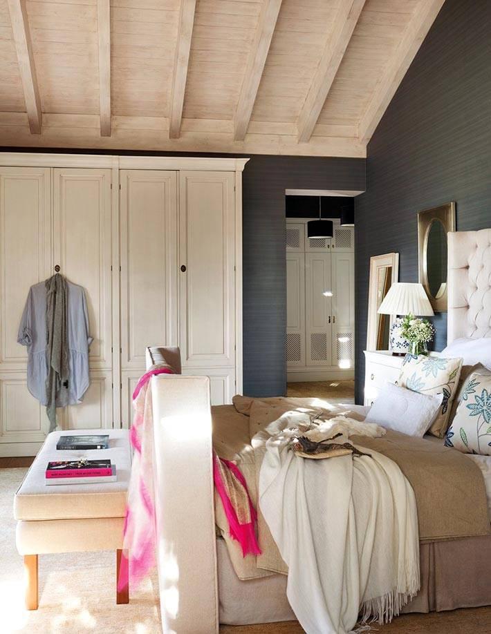 серые стены прекрасно сочетаются со светлым деревянным потолком в спальне