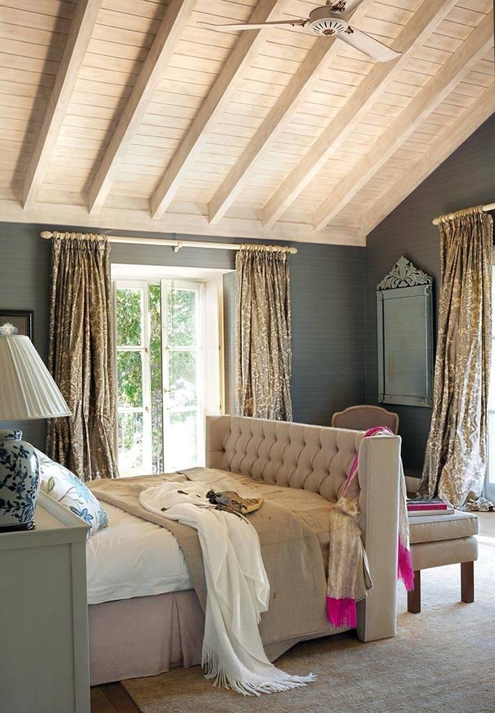 Дизайн интерьера спальни с темными стенамии покатой крышей