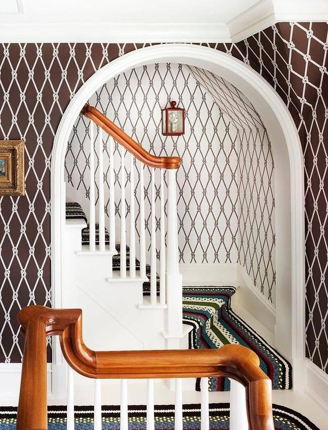 Красивое оформление лестничного проема в виде арки