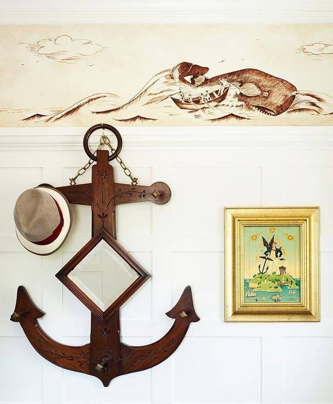 зеркало в виде якоря в доме с морской тематикой