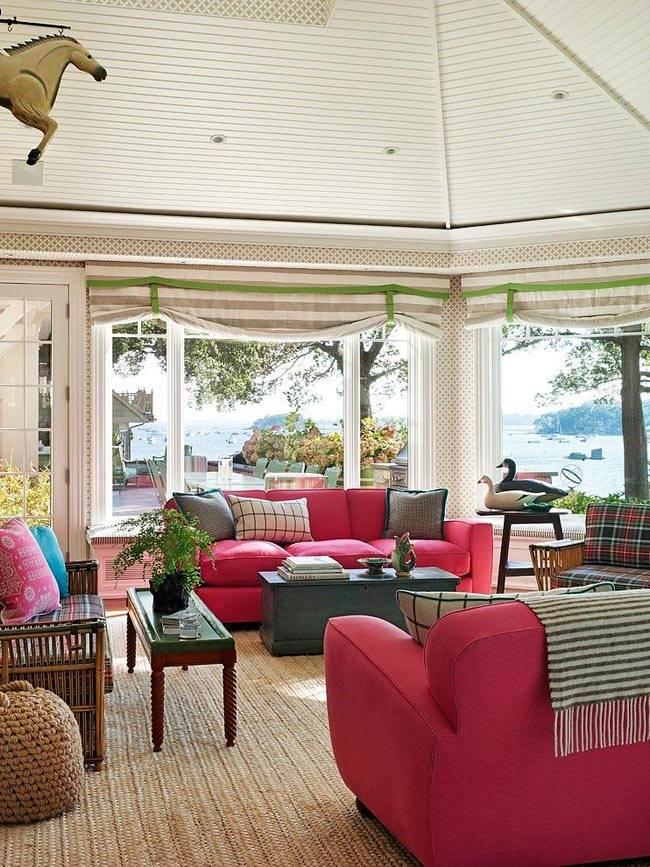 малиновые диваны в просторной комнате дома