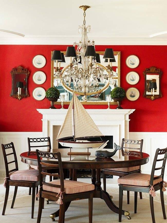 Ярко-красная стена в доме в сочетании с белыми панелями