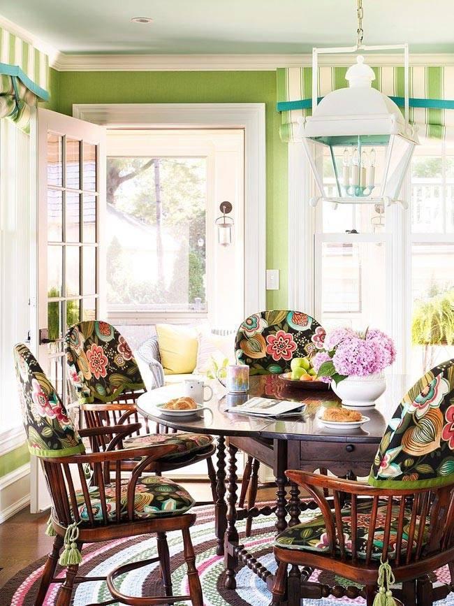 красочная кухня с пестрыми стулями за обеденным столом