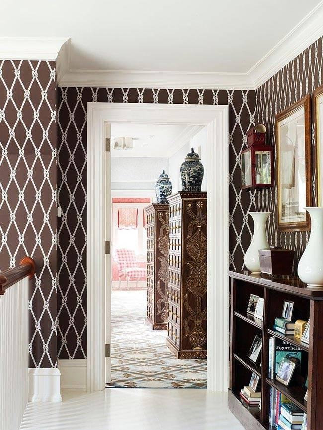 Контрастный коричневый цвет для офомрления холла дома