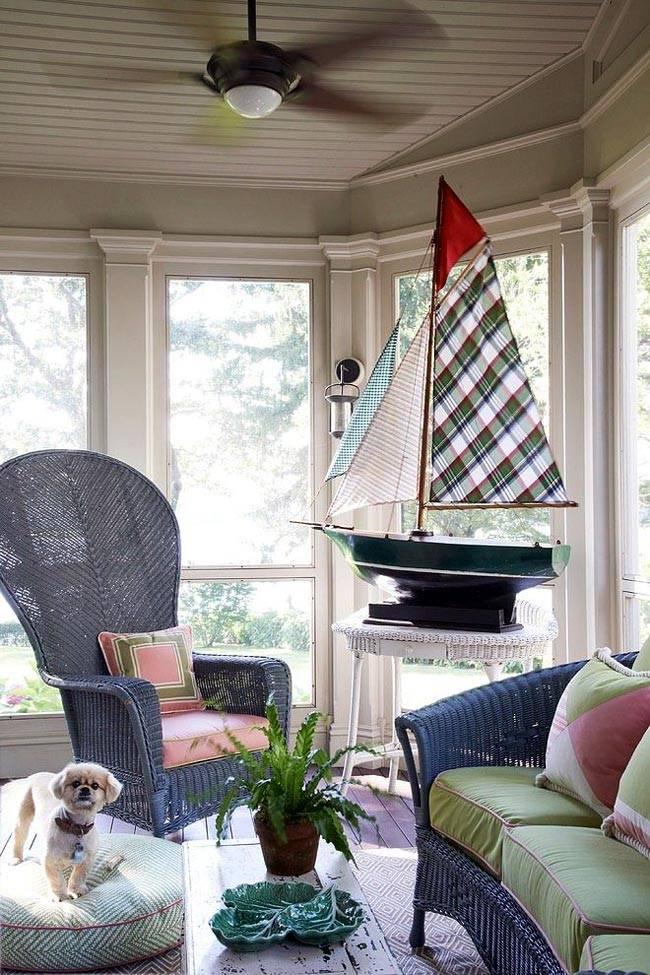 плетеная мебель синего цвета на закрытой террасе дома