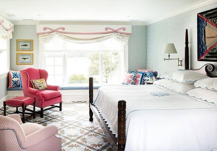 Просторная, белоснежная спальня залита светом
