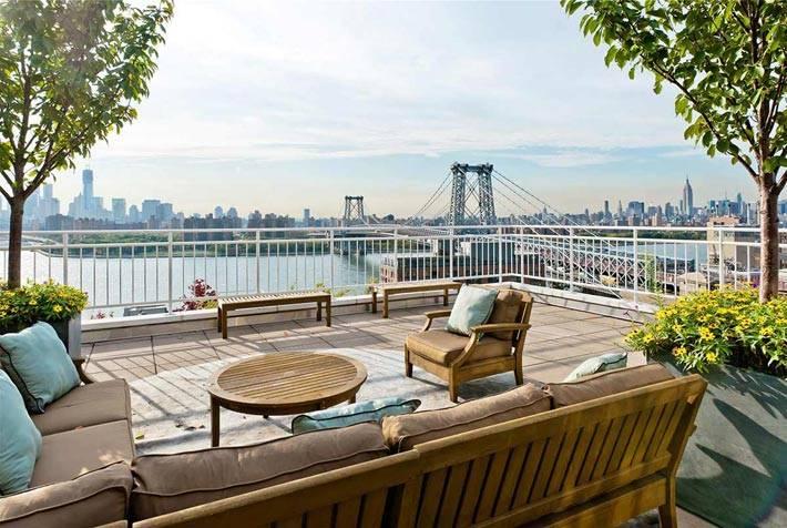 Прекрасный вид на мост над рекой с красивой террасы
