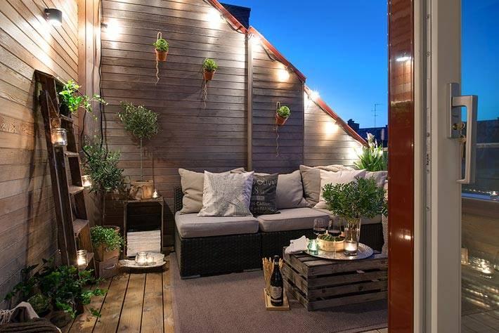 Деревянная терраса возле мансардной квартиры