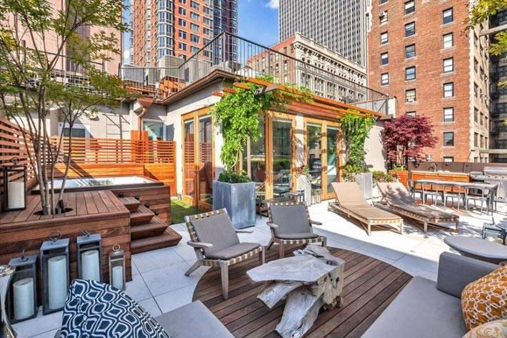 зеленые растения украшают большой балкон с квартиры