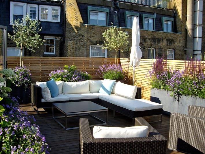 уютная терраса с цветами и плетеной мебелью фото