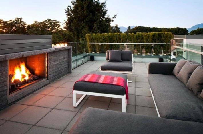 просторная терраса с камином и большим диваном