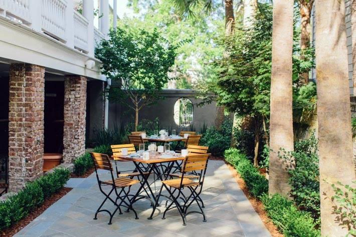 Уютный дворик отеля Zero George Street в США