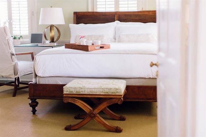 деревянная мебель из натурального дерева в дизайне спальни