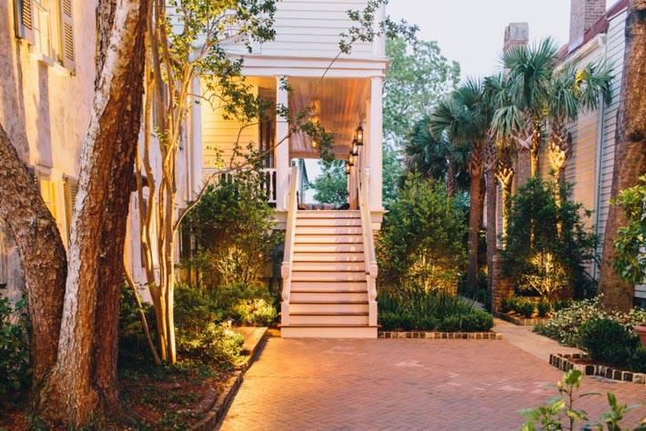 Милый дворик при отеле Zero George Street, США фото