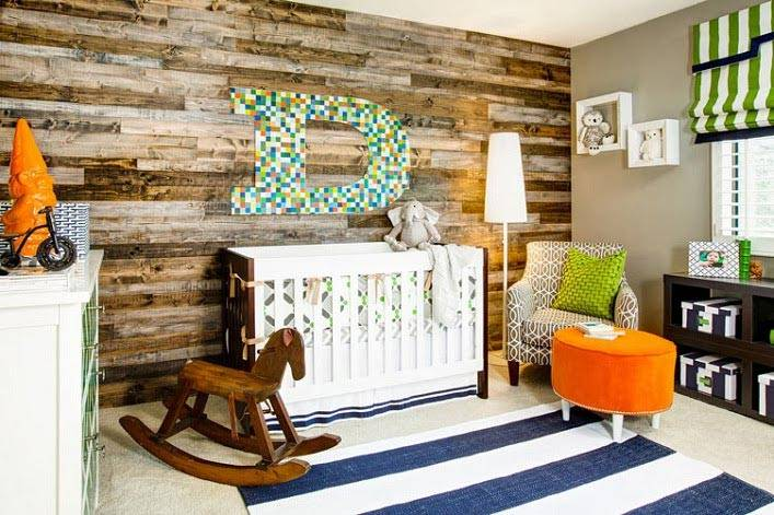 стена из натуральной деревянной доски в комнате младенца