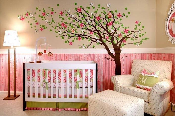нарисованое цветущее дерево на стене над колыбелью младенца