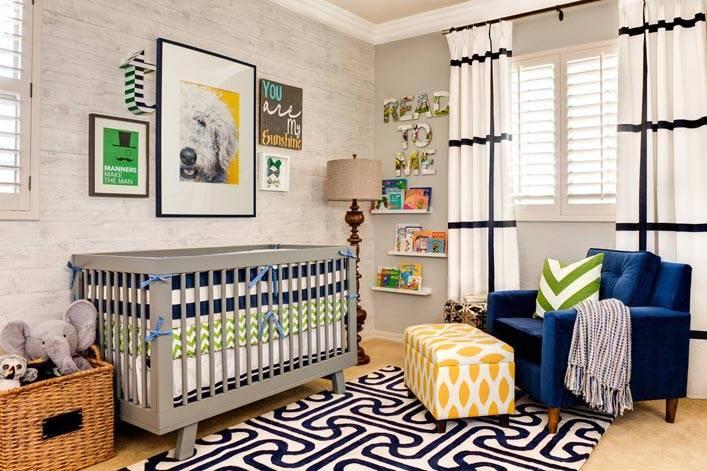 детская кровата серого цвета, синее кресло и желтый пуф