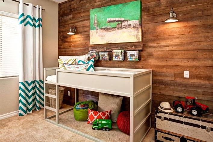 стена из натурального дерева в детской комнате фото