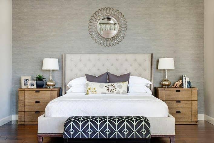 серый цвет добавляет холода в интерьер спальни фото