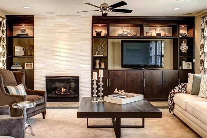 классическая мебель коричневого цвета в светлой комнате