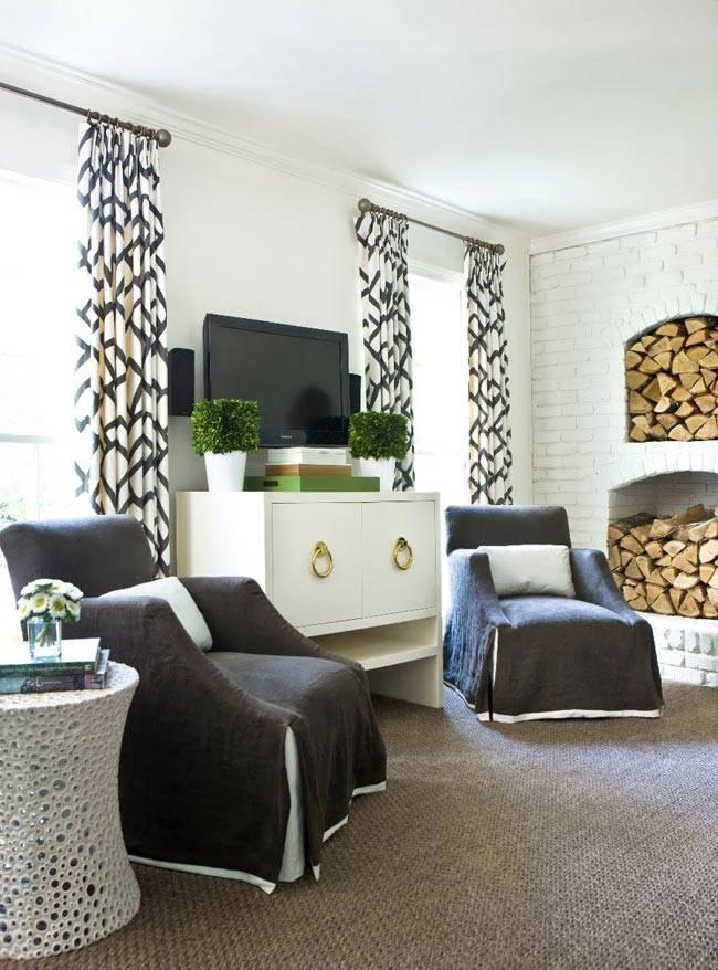 белая кирпичная стена - фон для темной мебели и телевизора