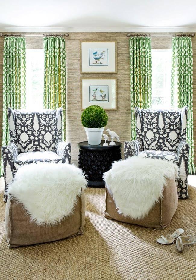 комната с зелеными шторами и мягкими пуфами с белыми накидками