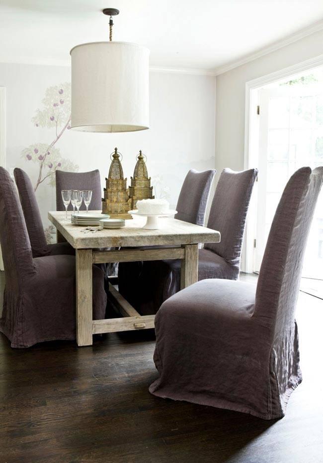 столовая комната с массивным дубовым столом и высокими стульями