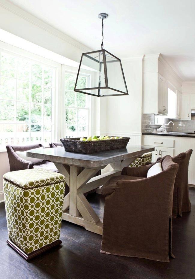 отдельный обеденный стол с коричневыми креслами