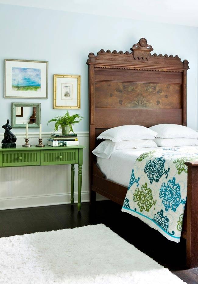 массивная деревянная кровать и элегантный прикроватный столик