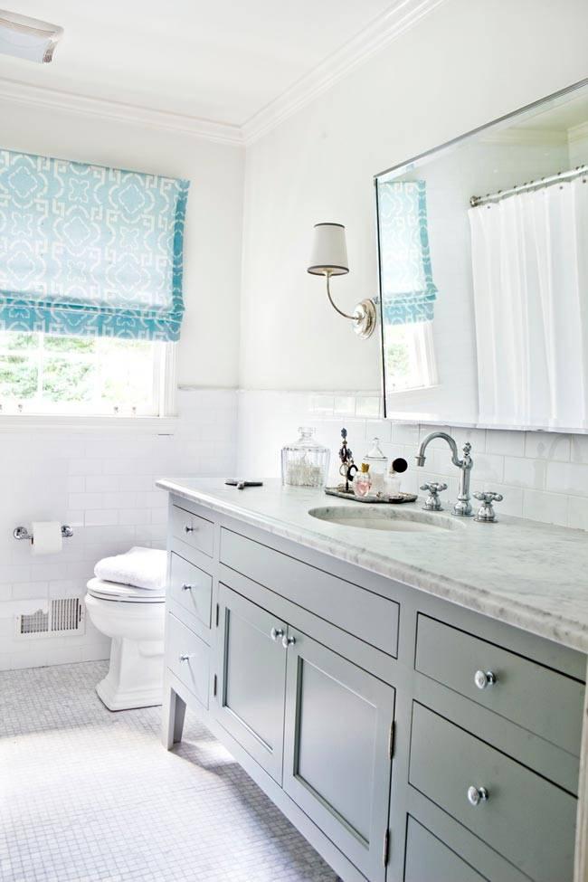 свет в ванную комнату проникает сквозь большое окно