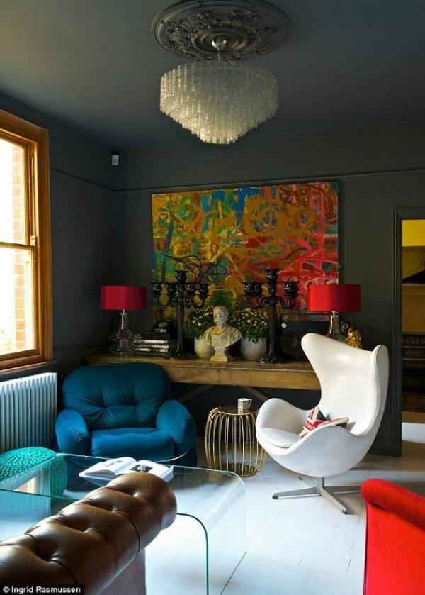 Современный интерьер со стильным креслом EGG CHAIR