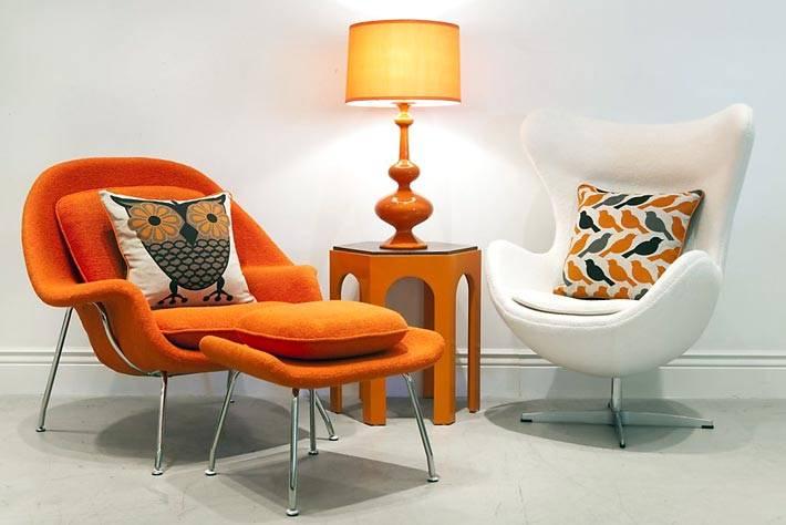 белое и оранжевое кресла в современном интерьере