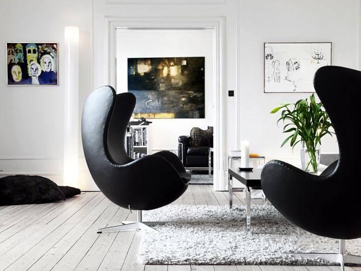черные кресла в скандинавской белой квартире