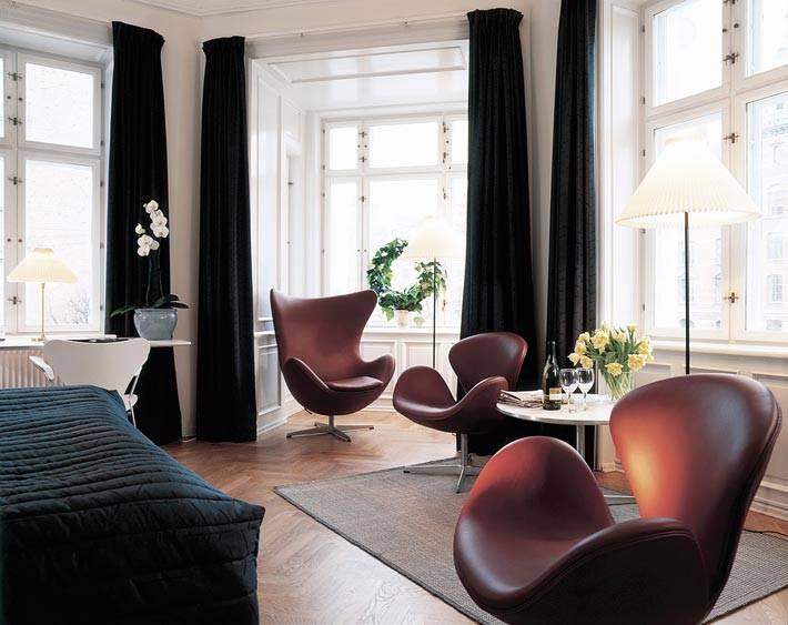 Несколько удобных кресел Egg Chair в интерьере спальни