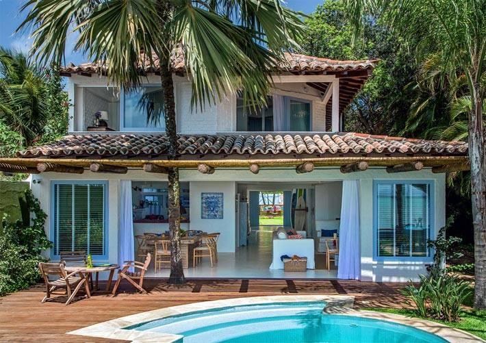 Очень красивый дом в Бразилии с пальмами во дворе фото